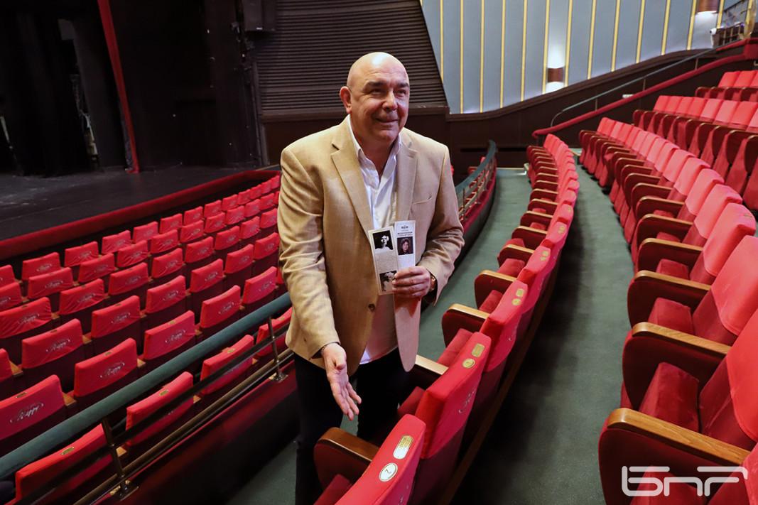 Калин Сърменов показва стола на Стоянка Мутафова
