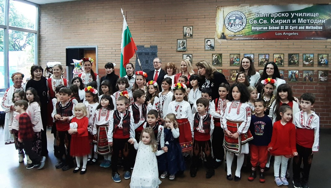 Вицепрезидент Илияна Йотова с детьми из болгарской школы в Лос-Анджелесе