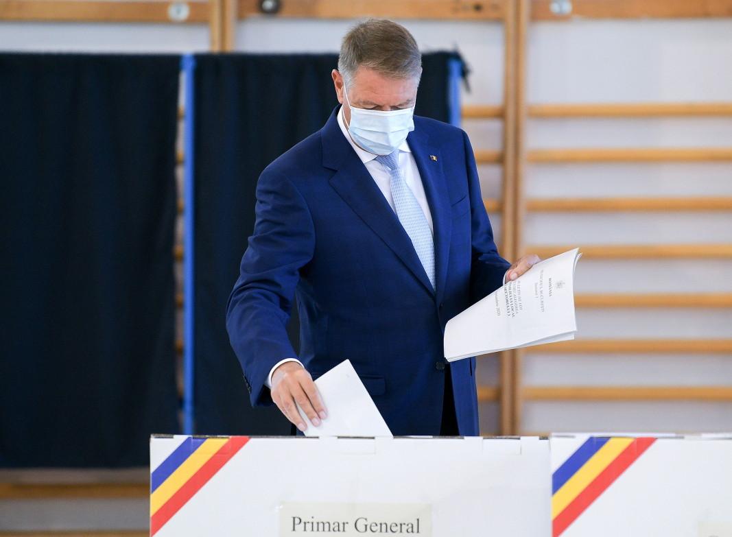 Президентът на Румъния Клаус Йоханис гласува в избирателна секция в Букурещ - 27 септември 2020
