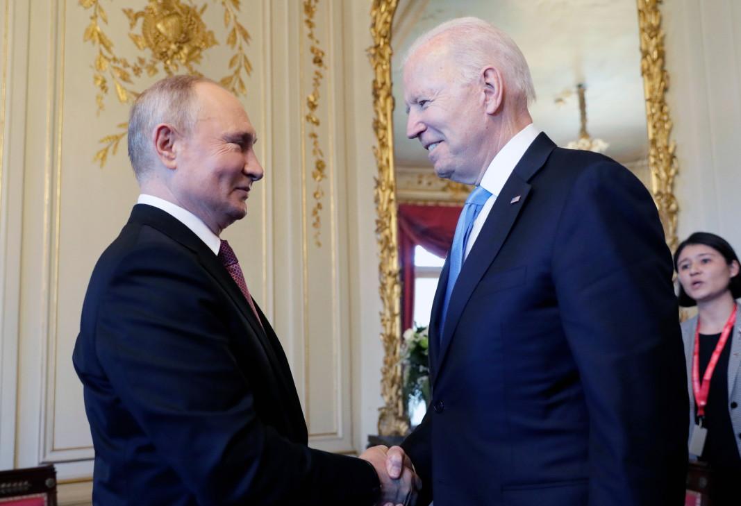 Джо Байдън и Владимир Путин се ръкуват преди срещата си във вила La Grange, в Женева, 16 юни 2021 г.