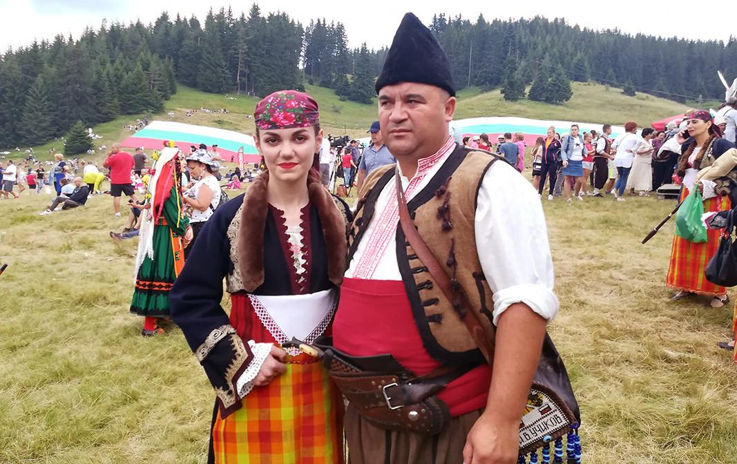 Илия Учиков и младата родопска певица Мария Бечева на събора в Рожен