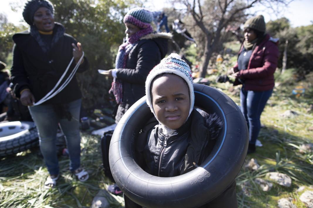 Африкански мигранти изчакват преди да се опитат да преминат през Егейско море с лодка, за да стигнат до гръцкия остров Лесбос - Турция, 3 март 2020 г.