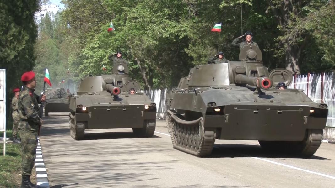 В гарнизон Казанлък се проведоха демонстрациите на бойната техника на въоръжение в Сухопътните войски. Началото бе в района на 61-а Стрямска механизирана бригада. Военнослужещи от военните формирования на най-големия вид въоръжени сили дефилираха с бронирани леки автомобили с повишена проходимост Мерцедес, бойни бронирани машини Хамър, бойни бронирани колесни машини Guardian и Commando select, бронетранспортьори БТР-60, 152-милиметрови оръдия-гаубици Д-20 с влекачи Татра, 122 - милиметрови реактивни системи за залпов огън БМ-21 Град, 122-милиметрови самоходни минохвъргачки Б1 – 10 Тунджа, 122-милиметрови самоходни гаубици 2С-1- Гвоздика, бойни машини на пехотата БМП-1, танкове Т-72 и зенитно-ракетни комплекси Оса.