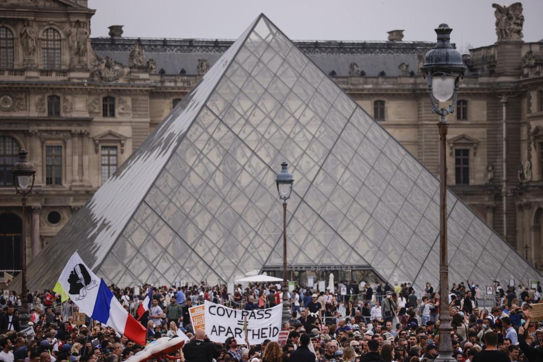 Хиляди протестиращи се събраха край пирамидата на Лувъра, за да се включат в демонстрация срещу Covid ваксинацията в Париж, 17 юли 2021 г.