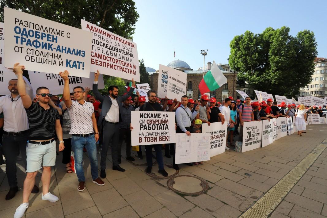 """Протестът на служители на """"Артекс"""", 25 юни 2021 г. Снимка: БГНЕС"""