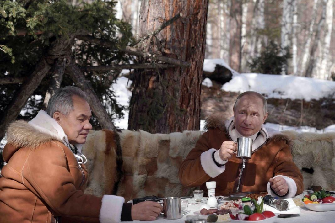 Руският президент Владимир Путин и министърът на отбраната Сергей Шойгу прекараха част от свободното си време през уикенда сред природата в Сибир, 21 март 2021 г.