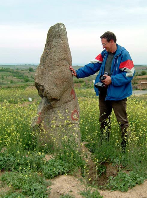 Любомир Цонев до менхира при село Овчарово, Хасковска област