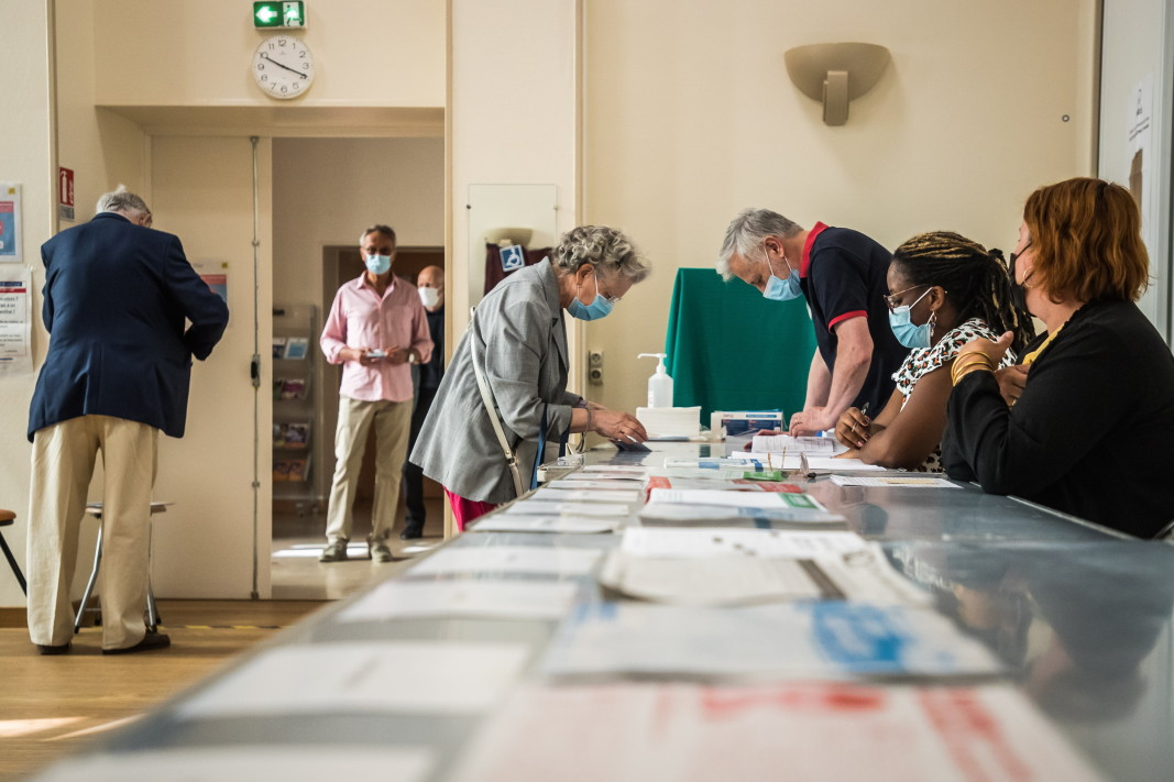 Гласоподаватели в избирателна секция в Париж, 20 юни 2021 г.