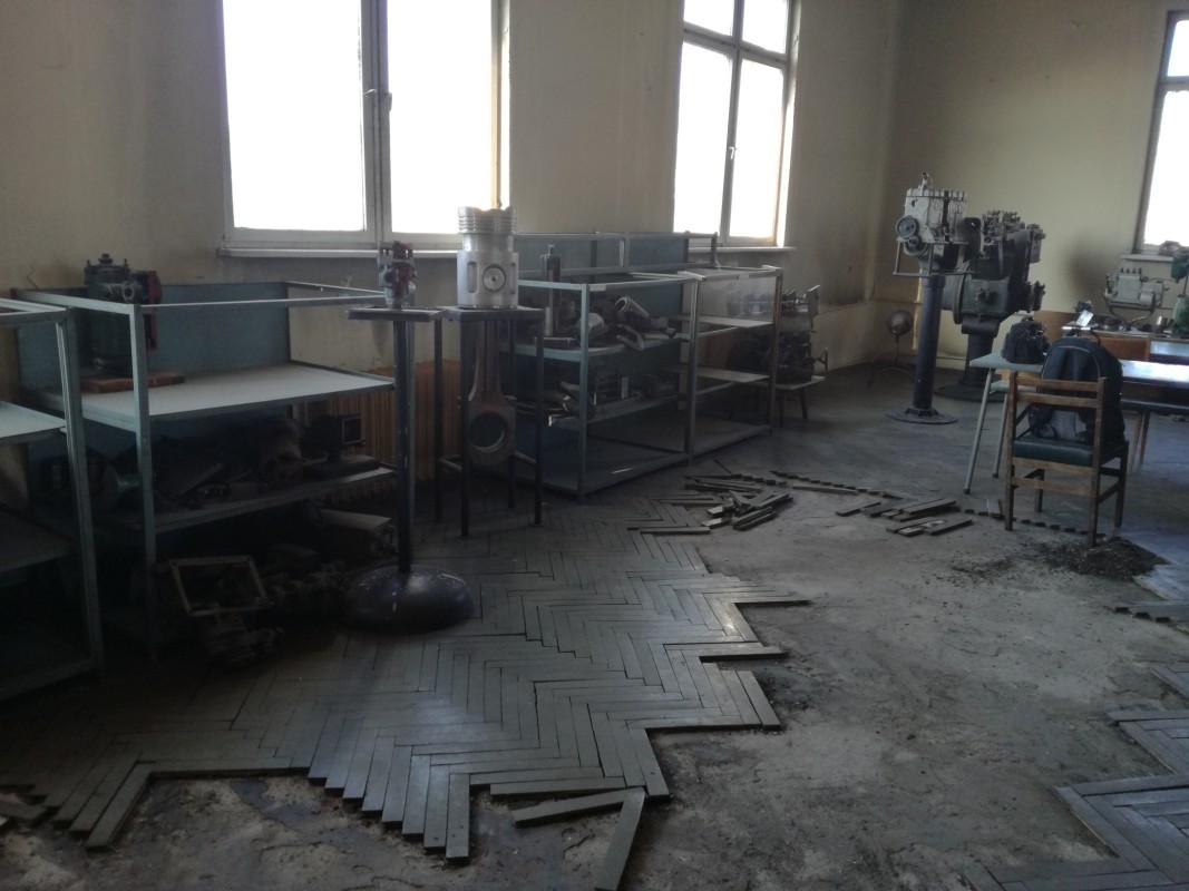 """Срещата се състоя в залата за обучение на """"Локомотивно депо"""" - София. В нея е този изкъртен паркет.  Снимка: Мила Младенова"""
