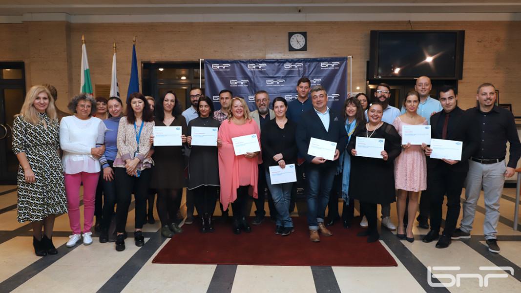 """""""Семейна"""" снимка от церемонията в БНР за връчване на дипломите на  завършилите майсторския клас на БНР Академия."""