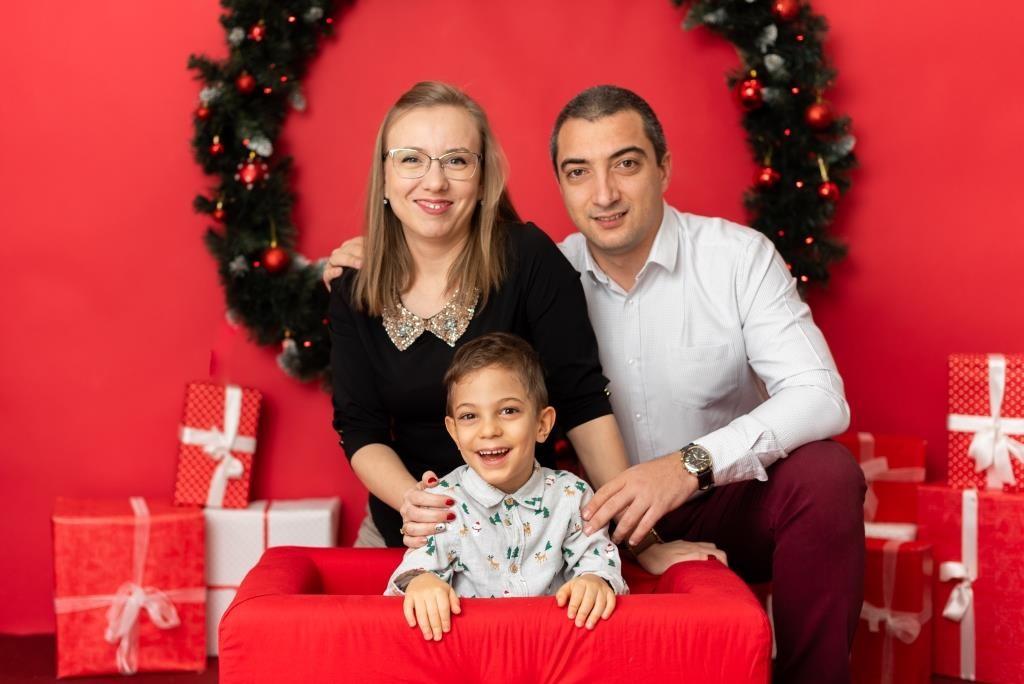 Четиригодишният Виктор и родителите му