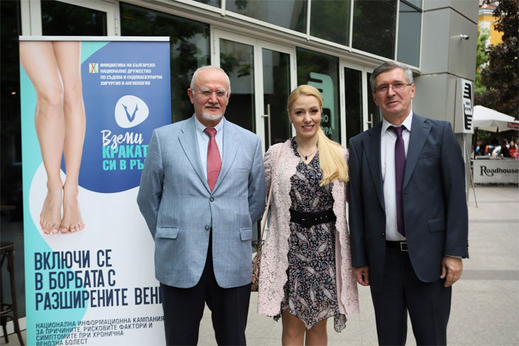 Проф. Веселин Петров, актрисата Деси Бакърджиева и проф. Марио Станкев до банера на кампанията