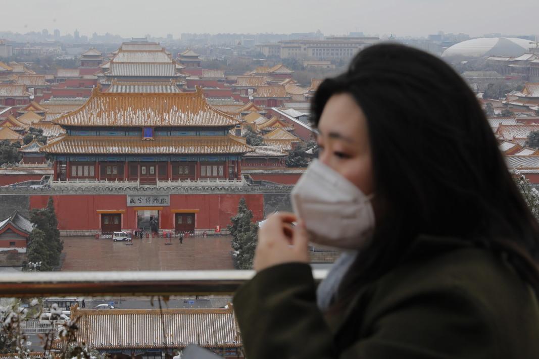Жителка на Пекин със защитна маска
