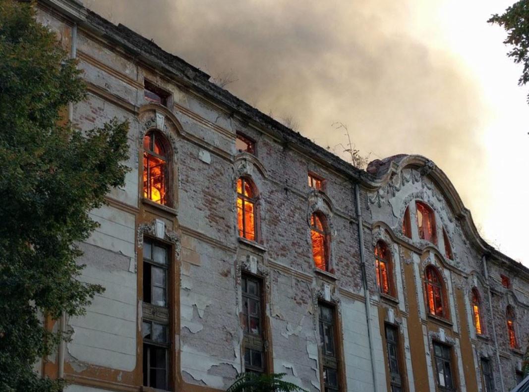 Los antiguos almacenes de tabaco de Plovdiv, ardiendo. Foto: dnevnik.bg