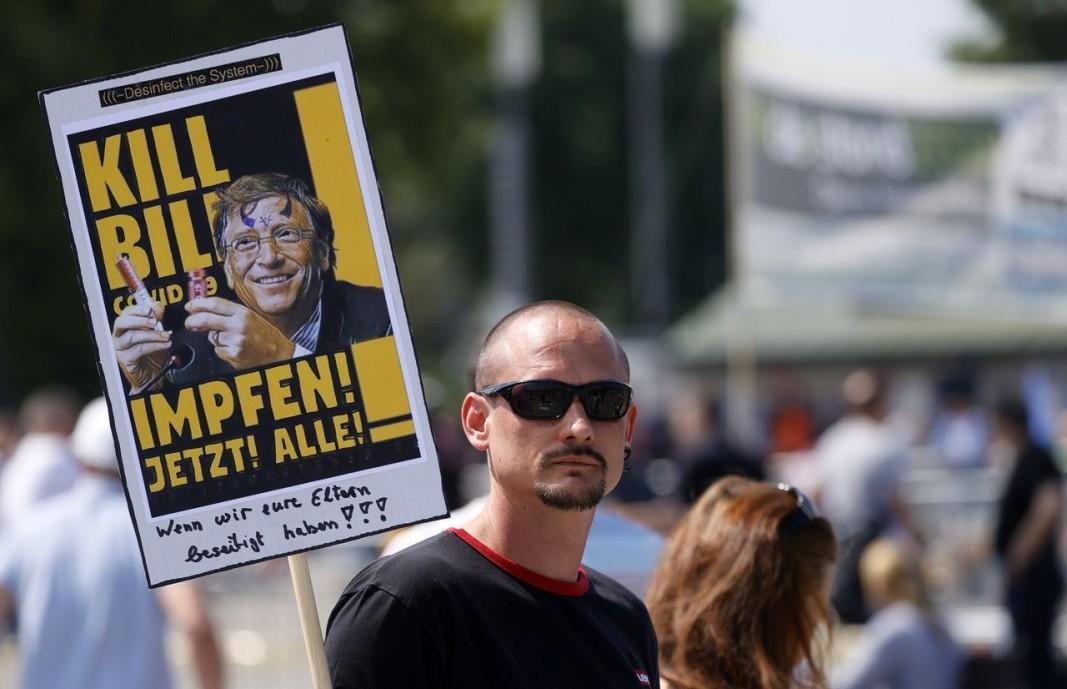 Демонстрант в Германия не иска да се позволява на Бил Гейтс да прави ваксина срещу коронавируса.