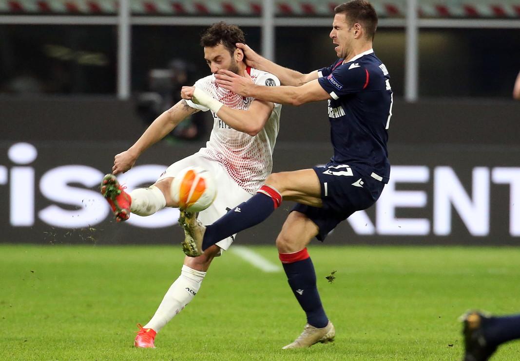 Чалханоглу от Милан (в бяло) се бори за топката с Гобелич от Цървена звезда.