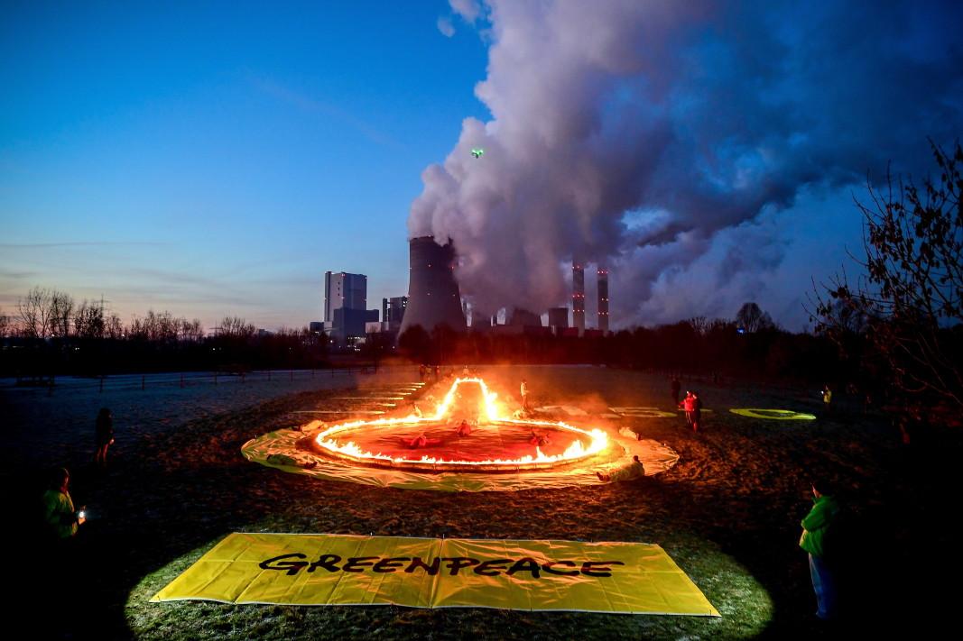 """Протест на екоактивисти от """"Грийнпийс"""" до ТЕЦ срещу използването на въглища в Германия."""