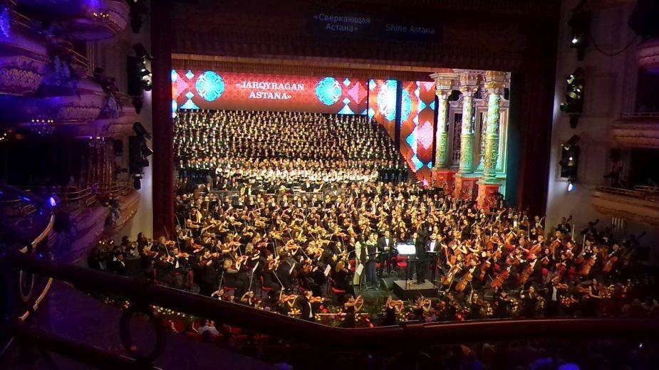 """Величественият оркестър от над 1000 души, изпълняващ симфоничната ода """"Искрящата Астана"""". Снимка: Магдалена Гигова"""