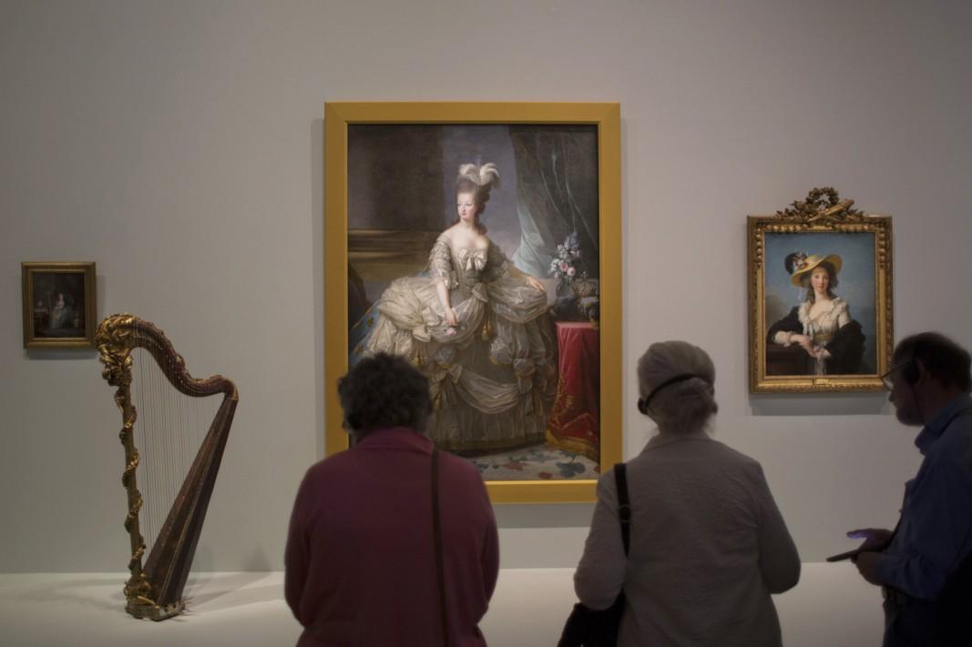 Туристи разглеждат портрета на Мария-Антоанета от майсторката на френската живопис Мари Елизабет Луиза Виже Льо Брун.