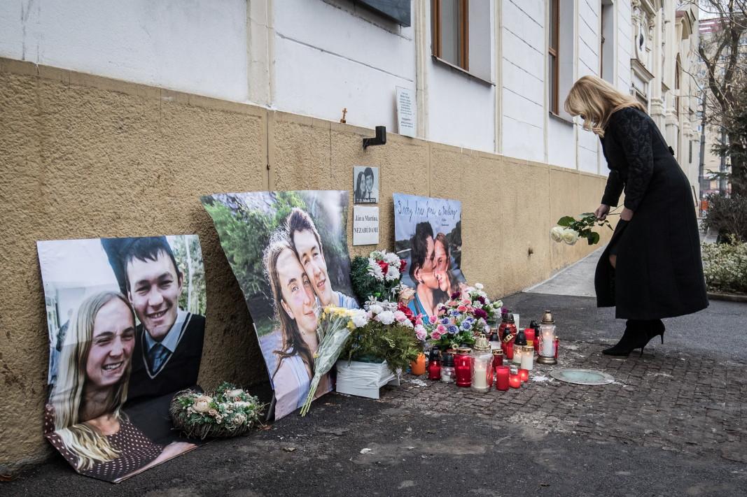 Президентът на Словакия Зузана Чапутова носи цветя, за да почете третата годишнина от убийството на словашкия журналист Ян Куциак, Братислава, 21 февруари 2021 г. Куциак беше застрелян заедно с годеницата си Мартина Кушнирова в дома си в селище, близо до Братислава, на 21 февруари 2018 г. 27-годишният репортер работи за словашкия уебсайт за новини actuality.sk и се специализира по теми за укриване на данъци. Полицията подозира, че убийството е свързано с разследванията му.