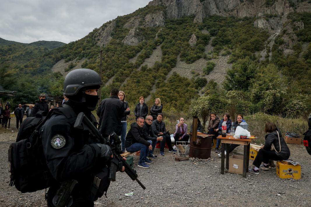 Косовските сърби в северната част на етнически разделения град Митровица поставиха барикади с камиони и автомобили в знак на протест срещу забраната на косовското правителство за влизане на превозни средства със сръбски регистрационни номера/Снимка: ЕРА/БГНЕС, 22 септември 2021 г.