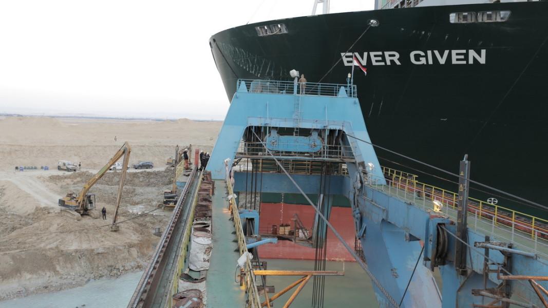 Част от процедурите по отместването на контейнеровоза  Снимка: ЕПА/БГНЕС