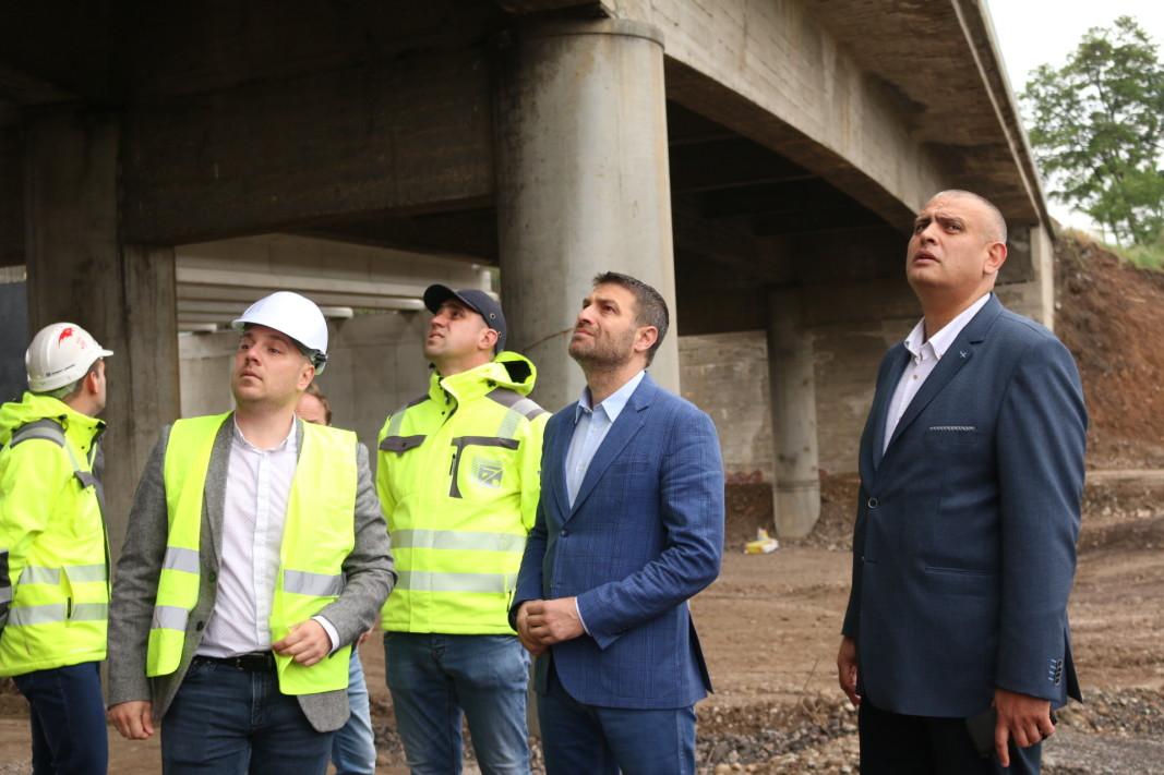 Шефът на АПИ Георги Терзийски и заместник кметът по транспорта Кристиян Кръстев направиха инспекция на обекта