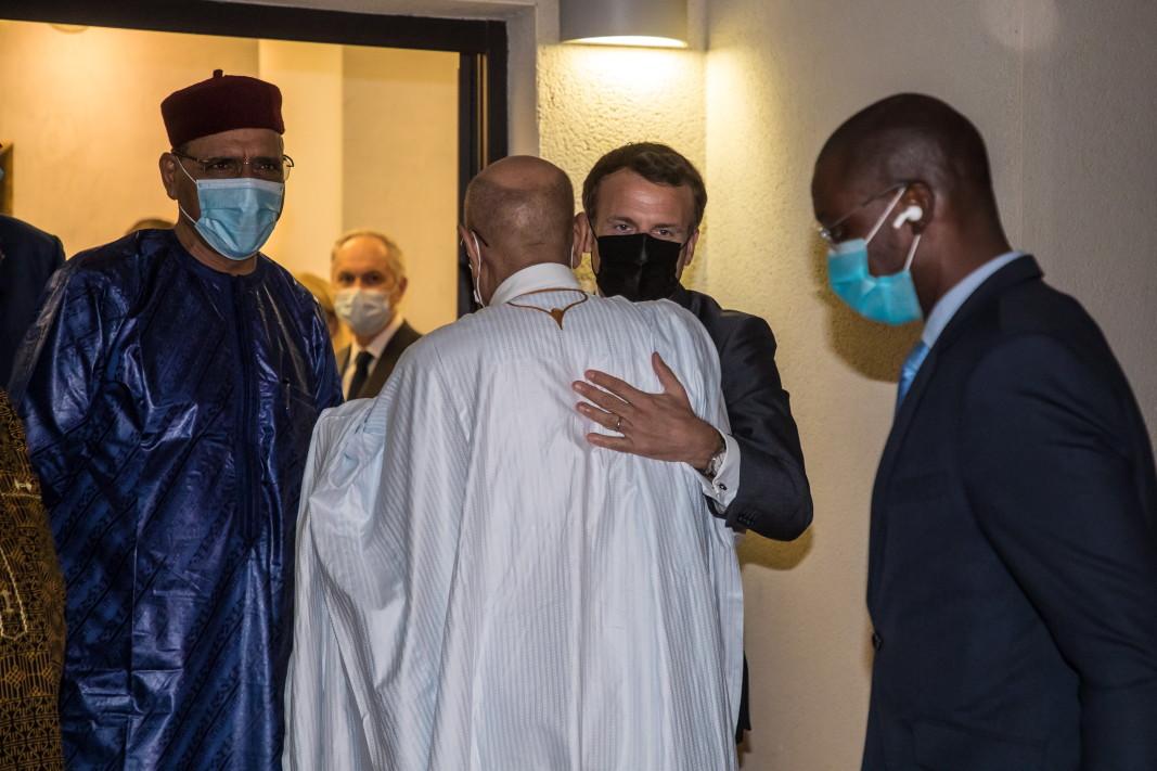 Френският президент Еманюел Макрон присъства на погребението на Идрис Деби. снимка: ЕПА/БГНЕС