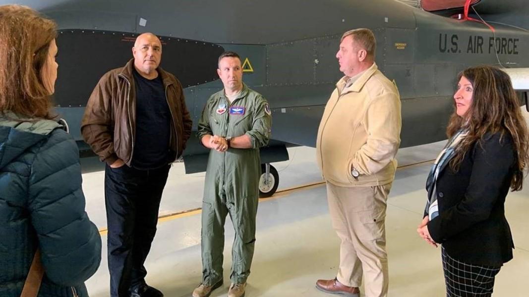 """Премиерът Борисов и ръководената от него делегация се отправиха към самолетоносача """"Хари С. Труман"""" от авиобазата в Сигонела, Италия."""