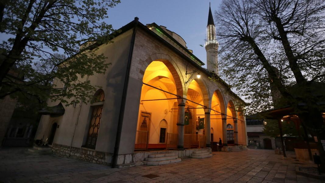 """Джамията """"Гази Хусрев бей"""" в историческата част на Сараево. Снимка: ЕПА/БГНЕС"""