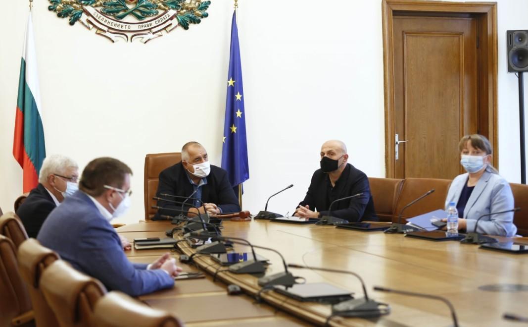 Реорганизацията на лечебните заведения, осигуряването на медикаменти за болничния и на свободния пазар за справяне с Covid-19, прилагането на мерките в подкрепа на служителите на първа линия и в помощ на най-уязвимите български граждани бяха докладвани на премиера Бойко Борисов по време на работно съвещание днес от членове на кабинета. В него участваха вицепремиерът Томислав Дончев, министърът на здравеопазването Костадин Ангелов, министърът на труда и социалната политика Деница Сачева и министърът на финансите Кирил Ананиев.