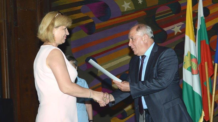 Мэр Балчика Тошко Пейков вручает Надежде Тановой диплом