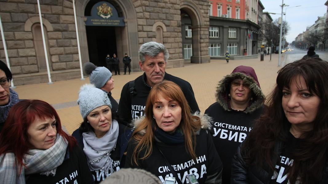 Родителите на деца с увреждания дадоха пресконференцията си пред сградата на Министерския съвет