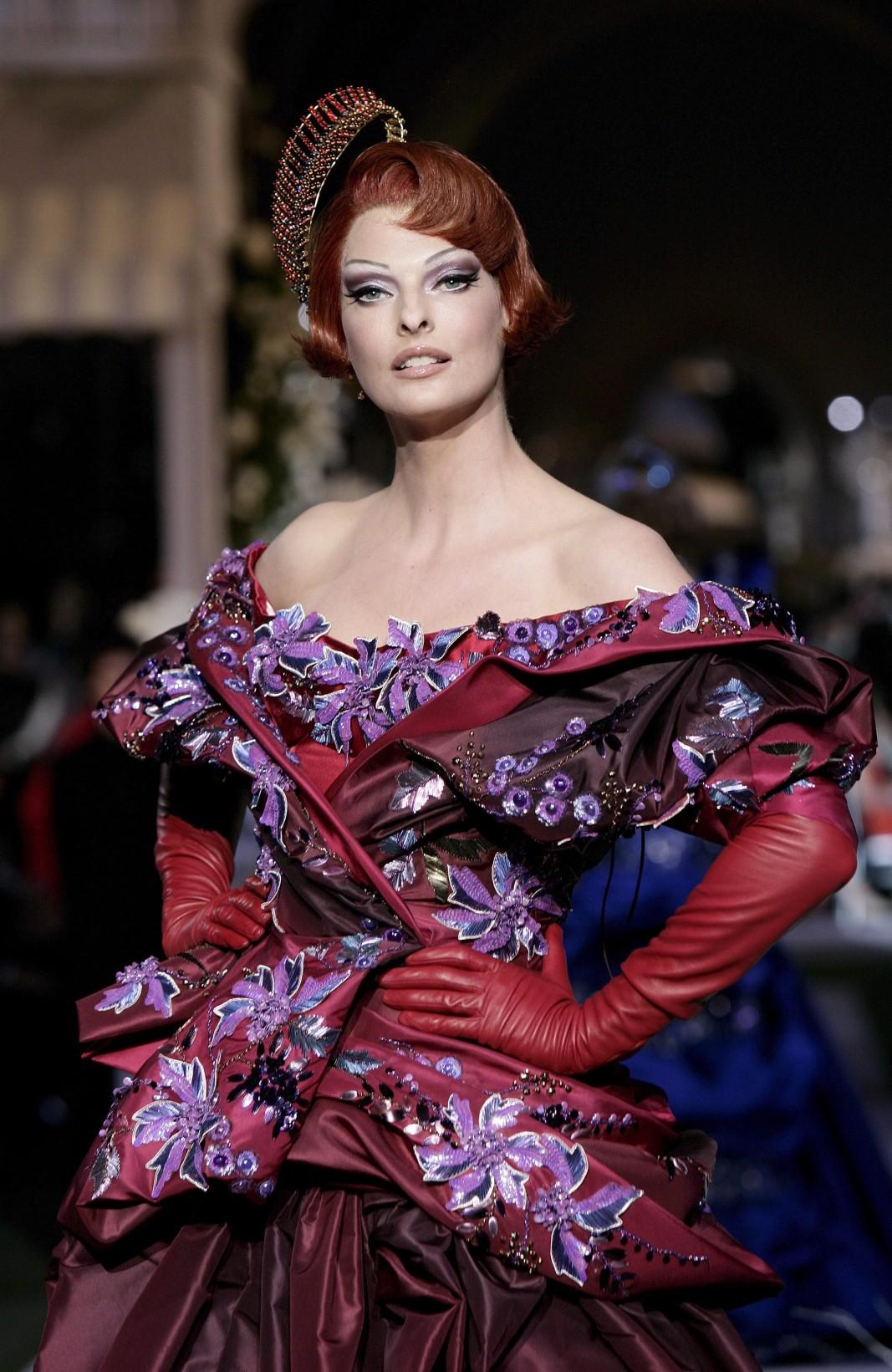 2 юли 2007 г., Париж, Линда Еванджелиста на дефиле на дизайнера Джон Галиано за модна къща Dior / Снимка: ЕПА