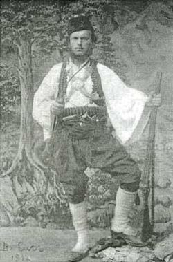 Владимир Сис в македонска носия през 1912 г. Снимка Уикипедия