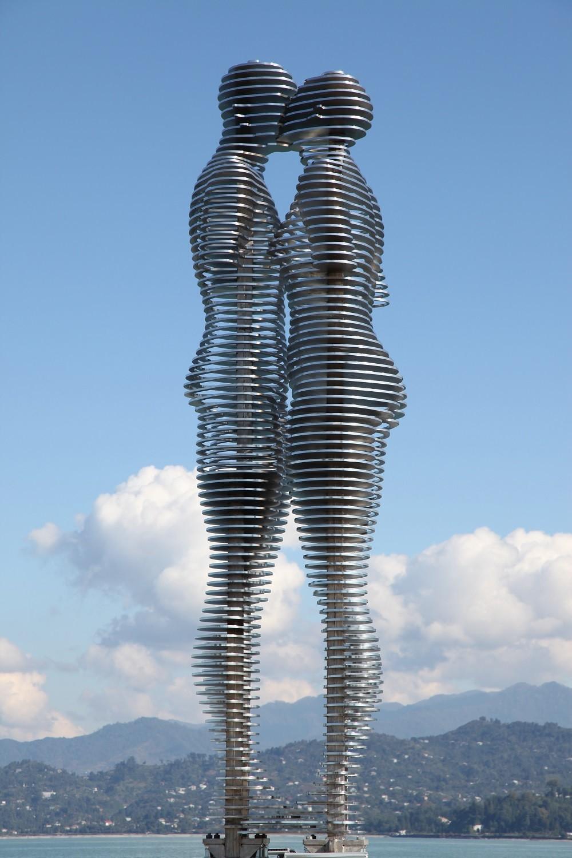 Металната скулптура Али и Нино в Батуми. Снимката е предоставена от посолството на Грузия