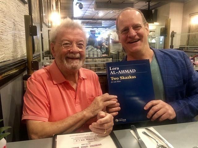 Сър Джеймс Голуей и Лоуел Либерман с нотите на пиесата