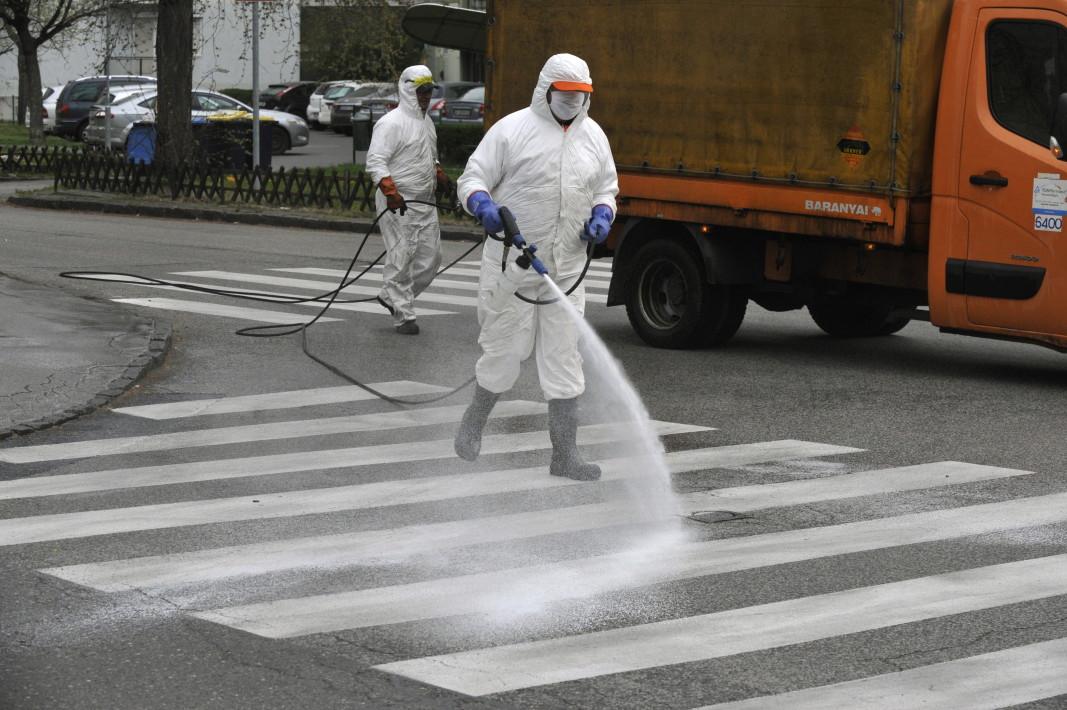 Дезинфекция на улиците в Будапеща -  градът, в който се издига паметникът на д-р Земелвайс, борил се за въвеждането на антисептиката в медицината, 30 март 2020 г.