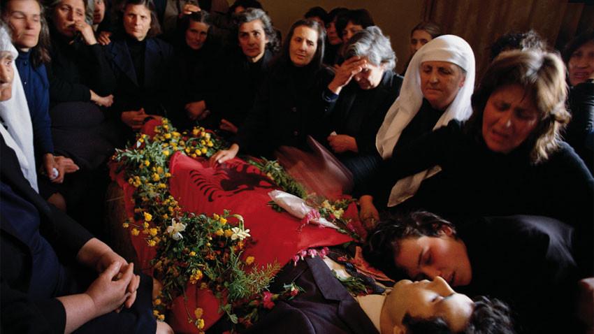 Бдение в памет на Арбен Броци – един от първите лидери на Демократическата партия, убит по политически причини на 2 април 1991.