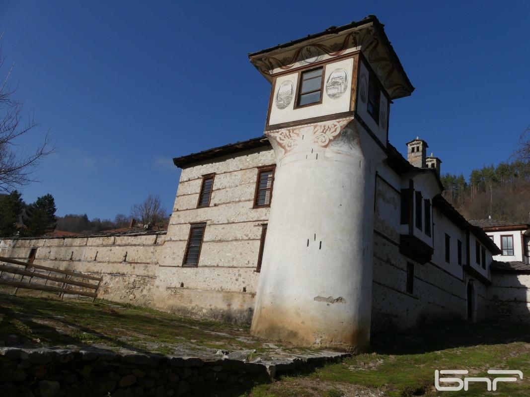 Кулата е разположена в югоизточната част на конака и наподобява на морски фар. Отвън тя е украсена със стенописи, а вътрешното архитектурно оформление е изпълнено от чам, орех и череша.