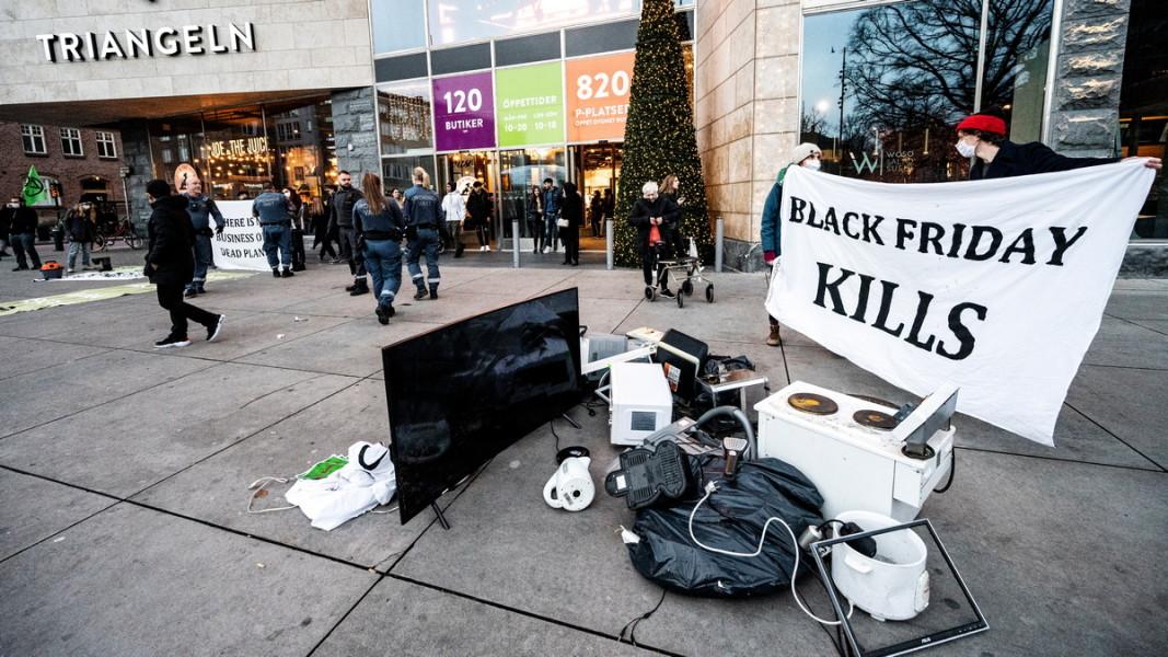 """Инсталация на екоактивисти в шведския град Малмьо, озаглавена """"Черният петък убива"""". 27.11. 2020 г. Снимка: ЕПА/БГНЕС"""