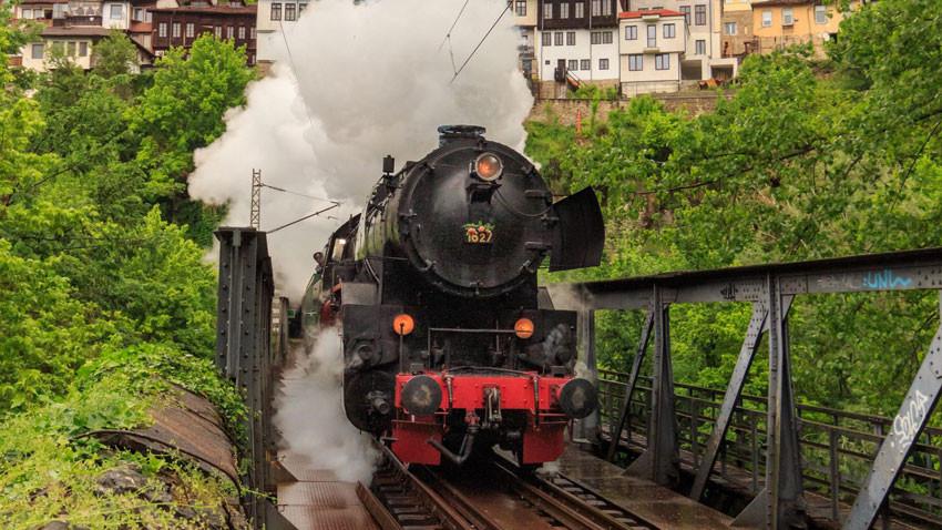 Ретро влак с парен локомотив и личния вагон-салон на цар