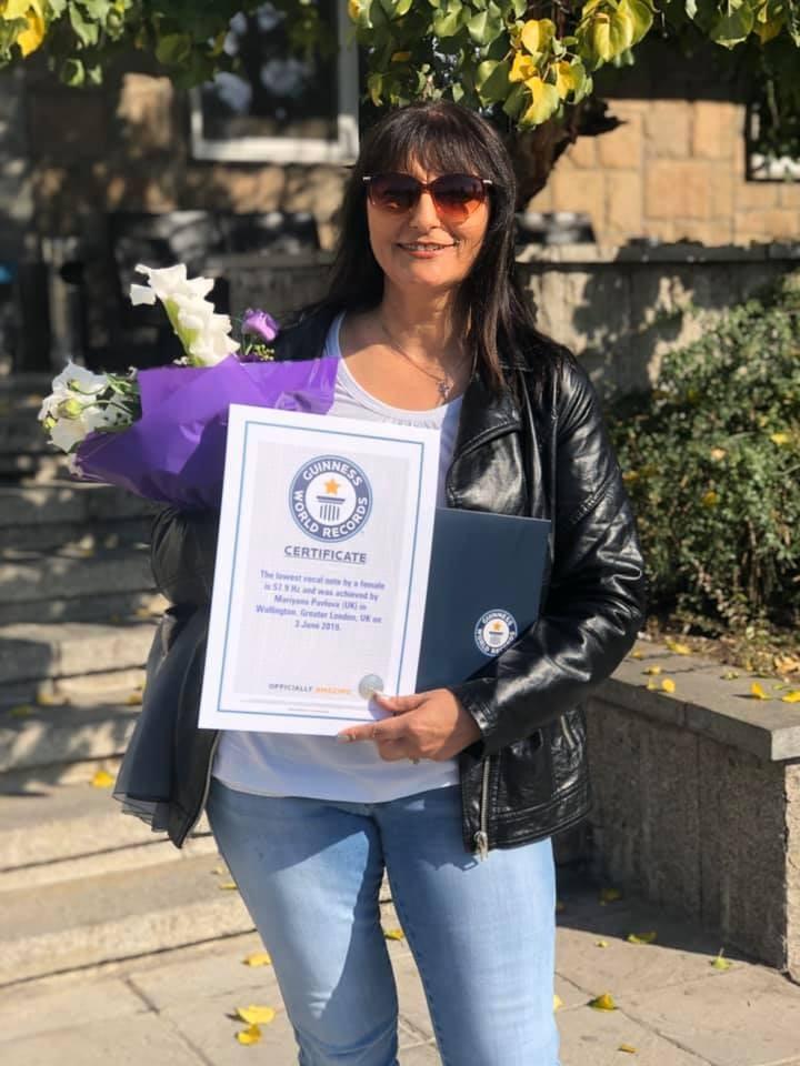 Марияна Павлова със сертификата от Гинес