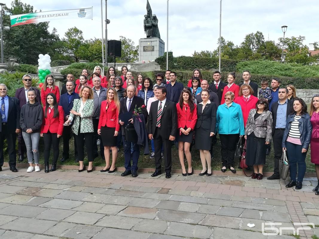 Уители и ученици от СУ Петко Р. Славейко на обща снимка с Вълчо Милчев