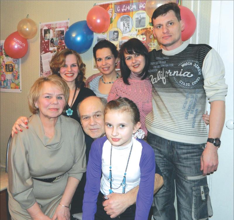 Три поколения семьи Костовых, Галина Костова – первая слева во втором ряду