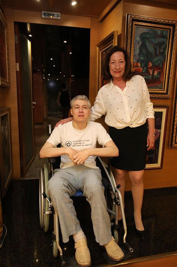 Авторката Нейка Кръстева с Андрей, чиято трудна съдба описва