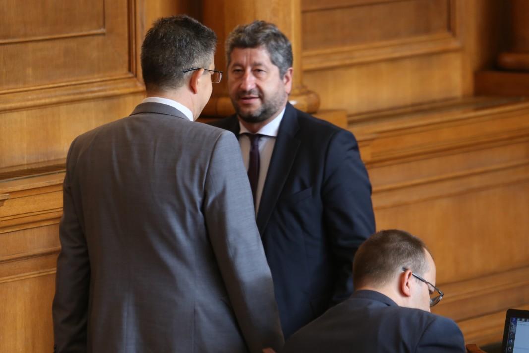 Пламен Николов (в гръб)  разговаря с Христо Иванов в Народното събрание - 4 август 2021 г.