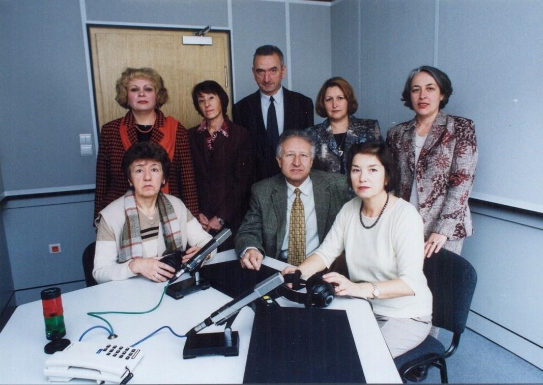 Das Team der spanischen Redaktion im Jahr 2003 Sitzend (links nach rechts): Lyudmila Petrakiewa, Wenzeslaw Nikolow, Katya Dimanowa; Stehend: Ewelina Sawowa, Maria Patschkowa, Mihail Mihailow, Anna Georgiewa und Raina Petkowa