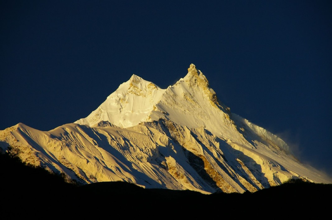 Двама души изкачиха днес осмия по височина връх в света