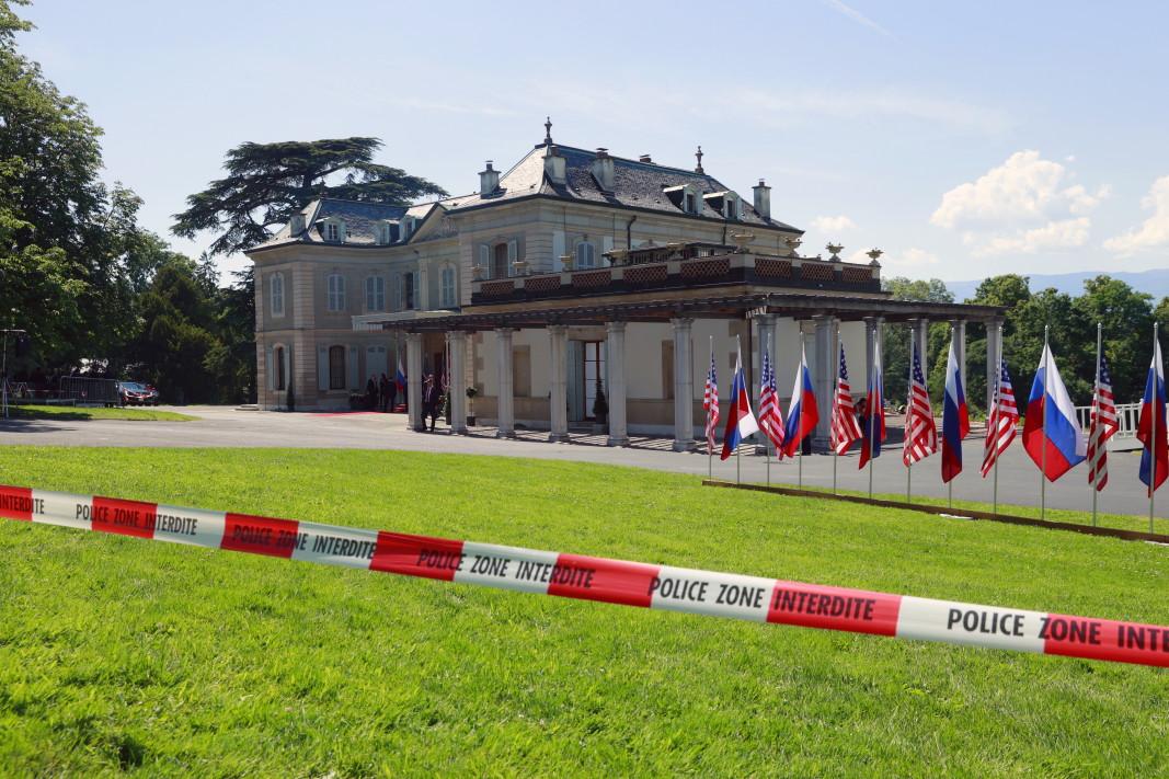 Вилата La Grange и знамената на САЩ и Русия се виждат зад полицейска лента по време на срещата на върха между САЩ и Русия в Женева.